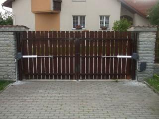 Vjezdové brány, JH-vrata Hlinovský